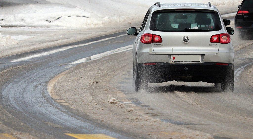 Comment préparer l'hiver tout en évitant les chutes avec le sel de déneigement ? - Actuauto.fr