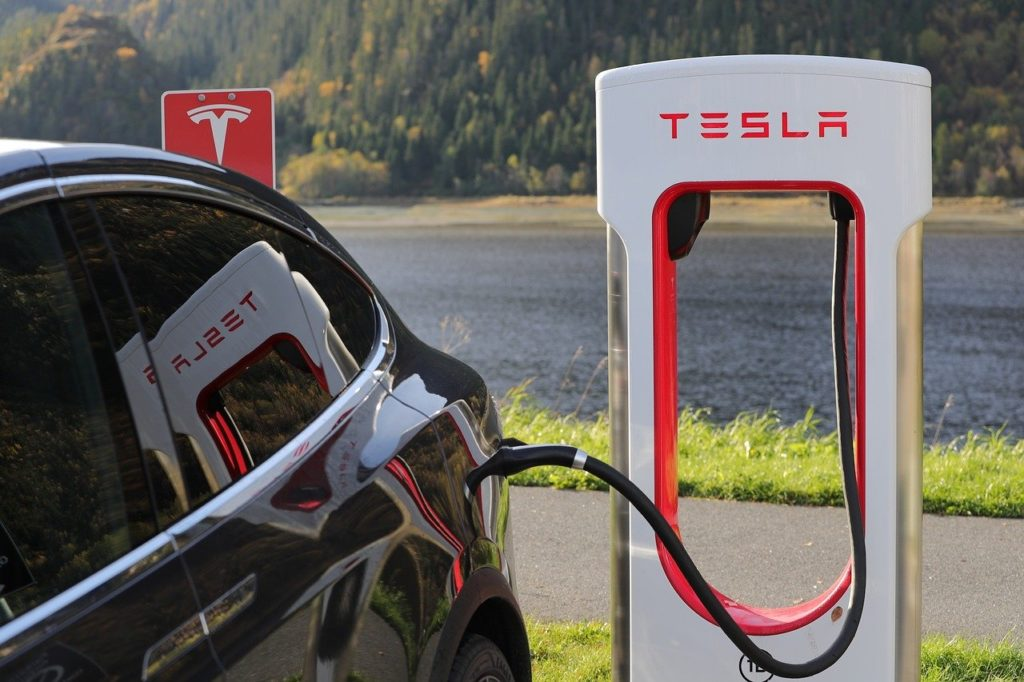 Borne électrique Tesla en mode recharge - Actuauto.fr