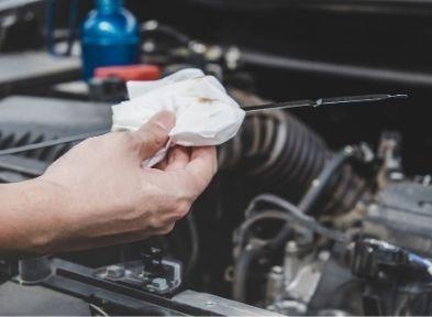 Vérification niveau d'huile après une vidange auto